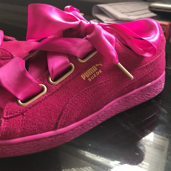 4693282198b878 Rihanna s hot pink suede puma athletic shoe!💕💕. M 5a6609563800c5949931ca4e